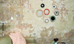 Christine Hechinger rahmt ihre Spiegel mit neuem und altem Porzellan. / Bild: (c) Beigestellt