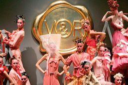 """Große Show. Mit dieser bombastischen Kollektion lancierten Viktor & Rolf 2005 ihr erstes Parfum """"Flowerbomb"""". / Bild: (c) Beigestellt"""