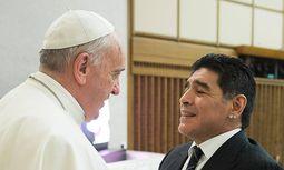 Unter Landsleuten: Diego Maradona (r.) wird von Papst Franziskus empfangen / Bild: imago/Independent Photo Agency