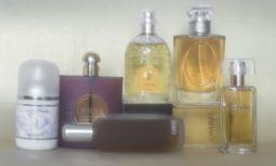 """Von links: """"Anaïs Anaïs"""" von Cacharel. """"Opium"""" von Yves Saint Laurent. """"Aromatics Elixir"""" von Clinique. """"Chamade"""" von Guerlain. """"Cristalle"""" von Chanel. """"Diorella"""" von Dior. """"Azurée"""" von Estée Lauder. Im gehobenen Fachhandel erhältlich. / Bild: (c) Christine Pichler"""