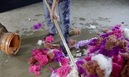 Tradition. In dem Teppichbetrieb im rumänischen Heltau werden die Teppichgarne selbst gesponnen. / Bild: (c) Beigestellt