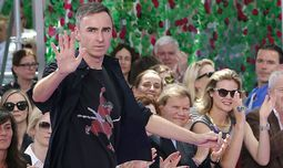 Belgian designer Raf Simons appears at the end of his Haute Couture Fall Winter 2015/2016 fashion show for French fashion house Christian Dior in Paris / Bild: (c) REUTERS (STEPHANE MAHE)