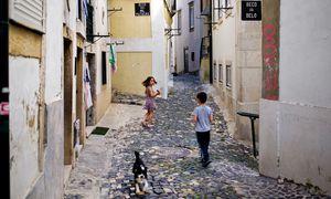 Kaum Perspektiven: Kinder spielen in der Altstadt von Lissabon.  Immer mehr junge Portugiesen wandern aus, weil sie daheim keinen Job finden. / Bild: (c) APA/AFP/PATRICIA DE MELO MOREIRA