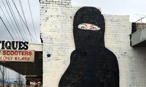 Lushsux. Wandbild, das US-Präsidentschaftskandidatin Hillary Clinton im Nikab zeigt. / Bild: Reuters