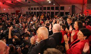 Im SPÖ-Zelt am Wahlabend: Eine Funktionärspartei feiert sich selbst. lntellektuelle gesellten sich dazu, Beamte, Freiberufler, Aktivisten der Zivilgesellschaft. Nur Arbeiter, die klassische SPÖ-Klientel, sah man kaum. / Bild: (c) Stanislav Jenis