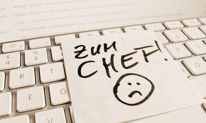 Ein Notizzettel liegt auf der Tastatur eines Computers zur Erinnerung Zum Chef McPBBO McPBBO / Bild: (c) imago/McPHOTO (imago stock&people)