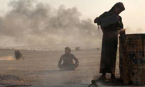 In einer provisorisch eingerichteten Raffinerie nahe Raqqa. Der sogenannte Islamische Staat nimmt durch Ölschmuggel gewaltige Summen ein. / Bild: (c) Reuters