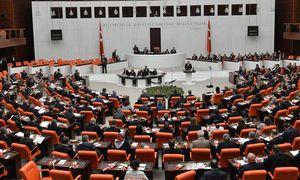Präsident Recep Tayyip Erdogan (im Bild bei der Parlamentsdebatte am Mittwoch) hat bisher zögerlich gegen den IS agiert. / Bild: (c) APA/EPA/KAYHAN OZER / PRESIDENTA