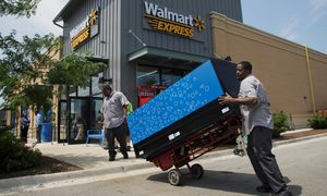 Workers move a vending machine into position outside a new Walmart Express store in Chicago / Bild: (c) REUTERS (� John Gress / Reuters)