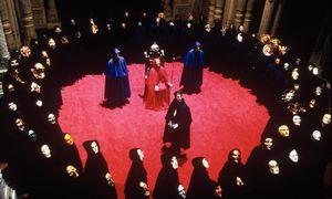 """""""Wo bin ich? Unter Irrsinnigen? Unter Verschwörern? Bin ich in die Versammlung irgendeiner religiösen Sekte geraten?"""" Das fragt sich Fridolin in Schnitzlers """"Traumnovelle"""" – nach der Stanley Kubrick den Film """"Eyes Wide Shut"""" drehte, mit Tom Cruise (Bildmitte) in der Hauptrolle. / Bild: (c) Warner"""