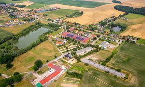 """Der Ort Bollewick gilt als Zukunftslabor für den ländlichen Raum. Der ehemalige Kuhstall ist heute ein Kulturzentrum (""""Die Scheune"""", Bildmitte). / Bild: euroluftbild.de / Euroluftbild / picturedesk.com"""