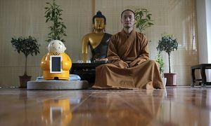 Meister Xianfan meditiert neben seiner Schöpfung. / Bild: REUTERS