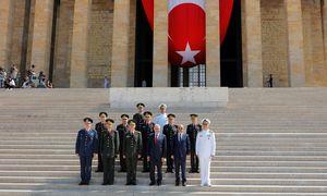Vor dem Atatürk-Mausoleum: Der türkische Premier, Binali Yıldırım (Dritter v. r.), flankiert von den Topgenerälen des Landes.  / Bild: (c) REUTERS (UMIT BEKTAS)