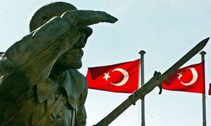 Symbolbild: Krieger-Denkmal vor türkischen Flaggen / Bild: (c) EPA (Tarik Tinazay)