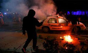 Demonstranten setzen ein Polizeiauto in Brand. / Bild: (c) Reuters (Adrees Latif)