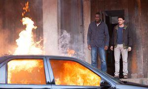 """Trainiert Idris Elba (links, neben Richard Madden) schon für seine zukünftige Karriere als James Bond? In """"Bastille Day"""" ist er ein CIA-Agent.  / Bild: (c) Constantin"""