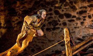 Eins mit der Natur: Veronika Glatzner als Caliban, der Ureinwohner – ein besserer Mensch? / Bild: (c) Lalo Jodlbauer