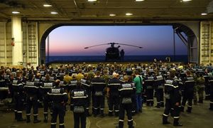 Vorbereitung auf den Einsatz gegen den Islamischen Staat. Die Mannschaft an Bord des französischen Flugzeugträgers Charles de Gaulle ist angetreten. / Bild: APA/AFP/ANNE-CHRISTINE POUJOULAT