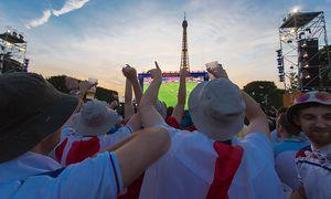 Die Fanzone beim Eiffelturm. / Bild: APA/AFP/GEOFFROY VAN DER HASSELT