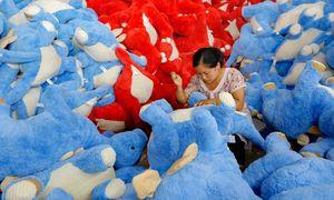 Auch wenn weiche Stofftiere meist aus China kommen: Der Globalisierung stehen harte Zeiten bevor. / Bild: APA/AFP/STR
