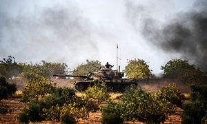 M-60-Kampfpanzer der II. Türkischen Armee an der syrisch-türkischen Grenze in Aktion bei Jarablus nahe dem Oberlauf des Euphrat. / Bild: APA/AFP/BULENT KILIC