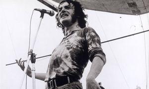 """""""I need somebody to love!"""" Joe Cocker mit typischer Handbewegung 1969 beim Woodstock-Festival, wo er als 25-Jähriger mit seiner Version von """"With A Little Help From My Friends"""" nachhaltig berührte. / Bild: (c) imago/United Archives"""