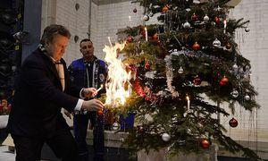 Wohnbaustadtrat Michael Ludwig bekämpft ein Christbaum-Feuer / Bild: APA/HANS KLAUS TECHT