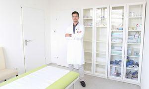 Sportarzt Markus Figl in seiner Wahlarztordination im 19. Bezirk in Wien. / Bild: (c) Stanislav Jenis