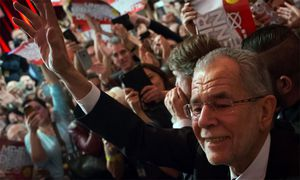 Ein Bad in der Menge. Der künftige Bundespräsident Alexander Van der Bellen wird nach dem Wahlsieg von seinen Anhängern stürmisch gefeiert. /