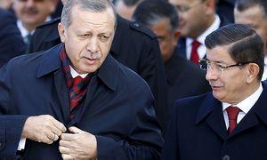 Ahmet Davutoglu (li.) wird nicht mehr als AKP-Chef kandidieren. / Bild: REUTERS