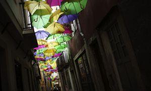 Bunte Schirme im Stadtteil Alfama in Portugals Hauptstadt, Lissabon, im Frühling 2014 / Bild: (c) REUTERS (RAFAEL MARCHANTE)