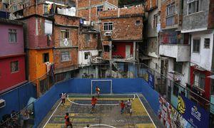 In den Favelas von Rio sind Fußballplätze heilige Orte. / Bild: (c) REUTERS (Pilar Olivares / Reuters)