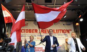 Ursula Stenzel schwingt die Fahne – eine Pose, in der man sie nicht kannte, ehe sie für die FPÖ von Heinz-Christian Strache in den Wahlkampf stieg. / Bild: (c) APA/HERBERT PFARRHOFER (HERBERT PFARRHOFER)