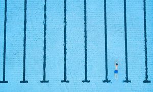 Ein einsamer Schwimmer im Freibad: Aber auch wenn das Wetter schöner wäre, würden die öffentlichen Schwimmbäder noch immer ein Defizit machen. / Bild: APA/dpa/Julian Stratenschulte