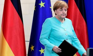 Angela Merkel will von den Briten erst den offiziellen Antrag auf EU-Austritt auf dem Schreibtisch haben, bevor Details verhandelt werden soll. / Bild: APA/AFP/JOHN MACDOUGALL