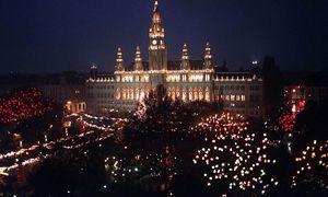So sah es früher in der Adventzeit vor dem Wiener Rathaus aus. Um die Deko ist ein Rechtsstreit entbrannt. / Bild: (c) APA (SCHLAGER R.)