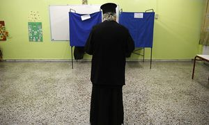A Greek orthodox priest is seen inside a polling station at an elementary school during Greece´s parliamentary elections in Athens / Bild: (c) REUTERS (YANNIS BEHRAKIS)