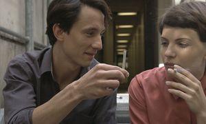 Ablenkung. Während Anja Plaschg und Laurence Rupp pausieren, wirkt das Ringen um die Sprache nach. / Bild: Ruth Beckermann Filmproduktion