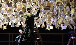 """Andreas Kriegenburg zeigt in Salzburg Horváths """"Don Juan kommt aus dem Krieg"""" (1936) mit bis zur Unkenntlichkeit maskierten Frauen und einem verstörten Helden. Die Aufführung entzweite das Publikum. / Bild: (c) APA/BARBARA GINDL (BARBARA GINDL)"""