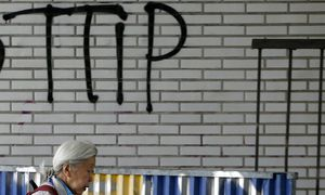 Pedestrian walks past graffiti that reads, ´No TTIP´, in Brussels, Belgium / Bild: (c) REUTERS (FRANCOIS LENOIR)