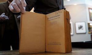 Anne Frank schrieb auch den Namen ihrer Schwester in das Buch. / Bild: APA/AFP/JEWEL SAMAD
