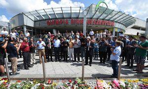 Gebet vor dem Olympia-Einkaufszentrum, einem der Tatorte des Amoklaufs vom Freitagabend. Muslime und Christen gedenken der Opfer. / Bild: (c) APA/AFP/CHRISTOF STACHE