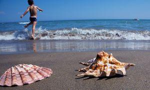 Urlaub im Schatten der Krise: Der Run auf Bankomaten und Tankstellen könnte sich im Griechenland-Urlaub bemerkbar machen. / Bild: (c) Bilderbox