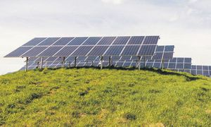 In herkömmlichen Solarmodulen wird das Umweltgift Blei in Lötstoffen eingesetzt. Im aktuellen Projekt in Villach werden stattdessen Klebstoffe genutzt. / Bild: Stadt Villach