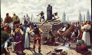 """Jan Hus wird auf dem Scheiterhaufen verbrannt. Auf dem Kopf trägt er einen hohen, weißen Papierhut mit der Aufschrift """"Erzketzer"""". / Bild: imago/Arkivi"""