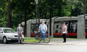 Wiener Verkehrsmix (v. l.): Nikolaus Authried fährt mit dem Auto,Wilhelm Grabmayr schwört auf das Fahrrad, Martina Strasser kämpft für das Zufußgehen. / Bild: Die Presse