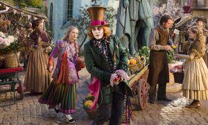 Alice (Mia Wasikowska) reist durch die Zeit, um die verschollene Familie des Verrückten Hutmachers (Johnny Depp) zu finden. / Bild: (c) Disney