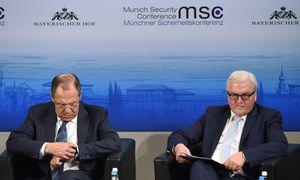 Keine Krisenlösung in München: Russlands Außenminister, Sergej Lawrow, auf dem Podium mit seinem deutschen Kollegen, Frank-Walter Steinmeier (v. l.). / Bild: (c) APA/AFP/CHRISTOF STACHE