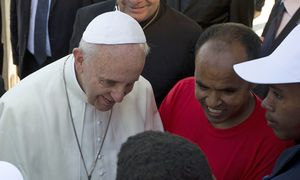 Pope Francis talks with migrants at Lampedusa Island / Bild: (c) Reuters (� POOL New / Reuters)