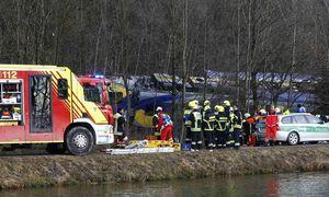 Die zwei Züge kollidierten ungebremst in einer Kurve und verkeilten sich ineinander. / Bild: APA/AFP/dpa/PETER KNEFFEL